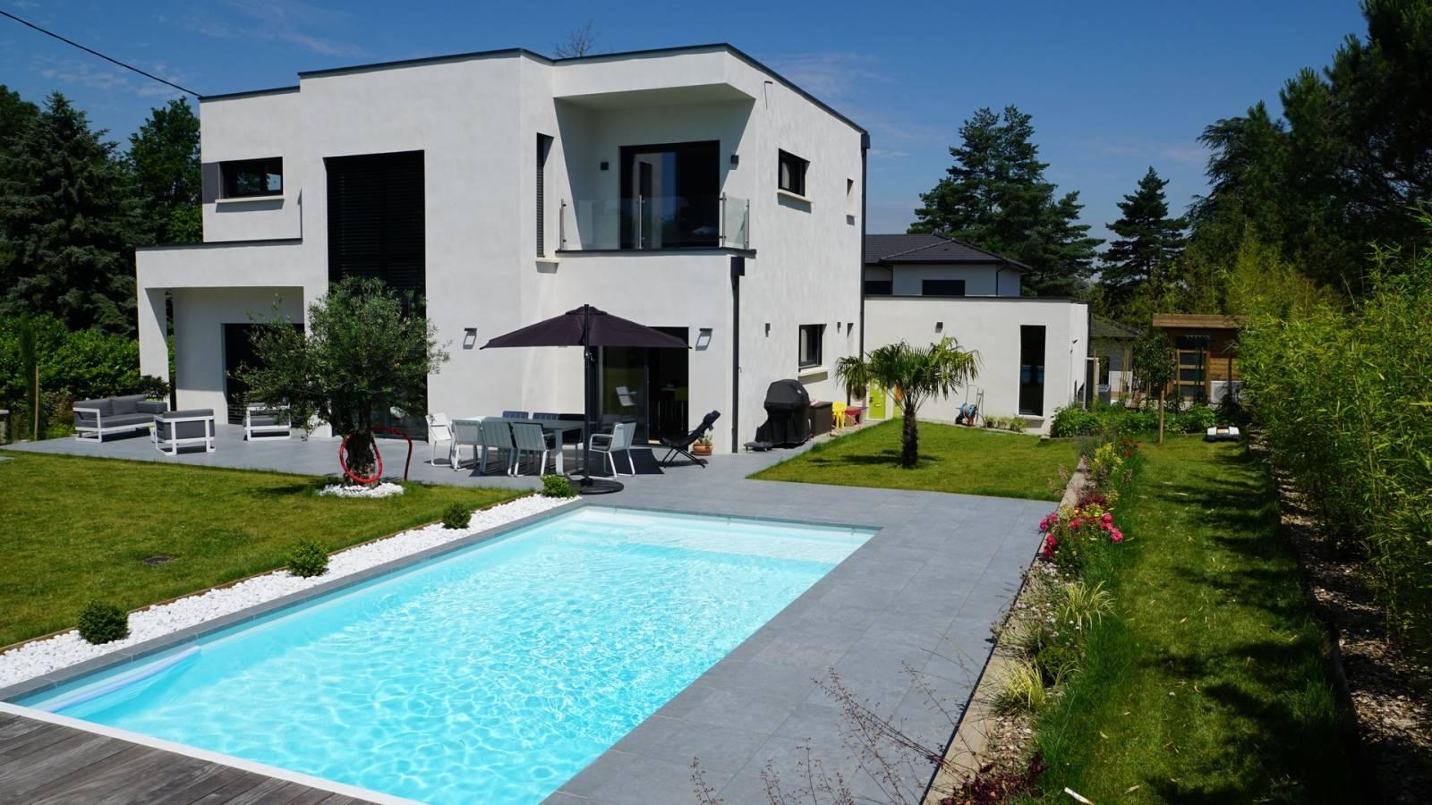 Maison contemporaine cubique toit plats avec mur rideau Dommartin ...